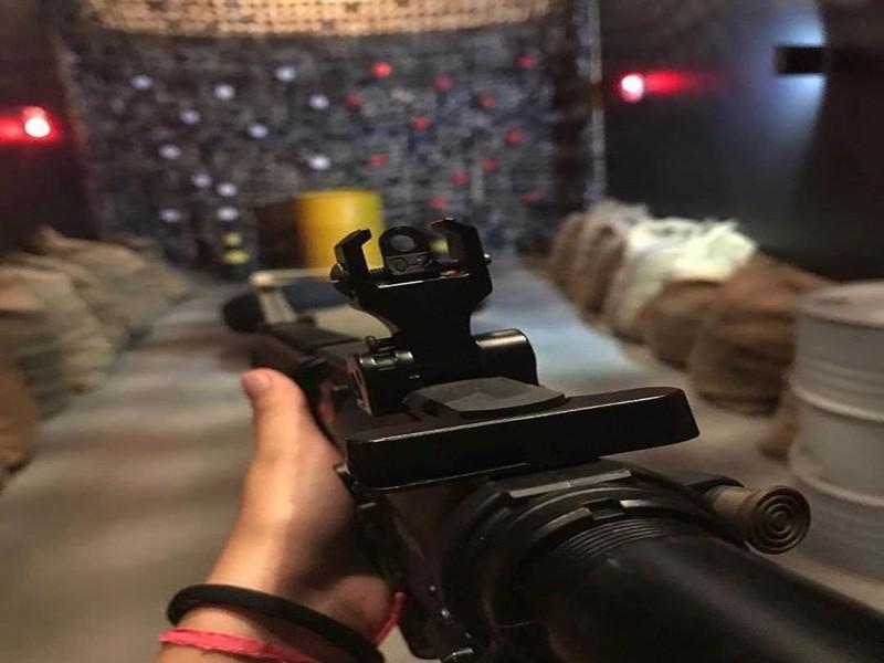 Tiros de airsoft com fuzil